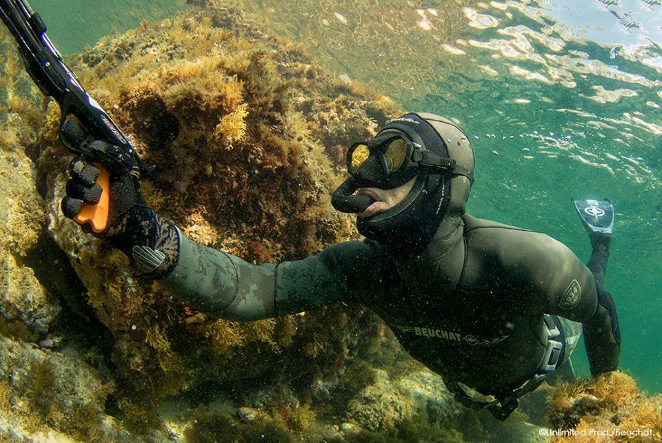 Undervandsjæger med harpun og jagtdragt fra Beuchat