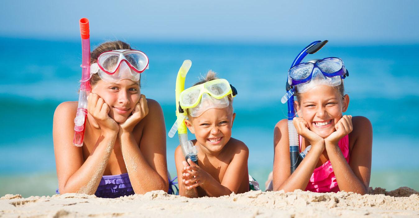 Børn med dykkermasker og snorkler