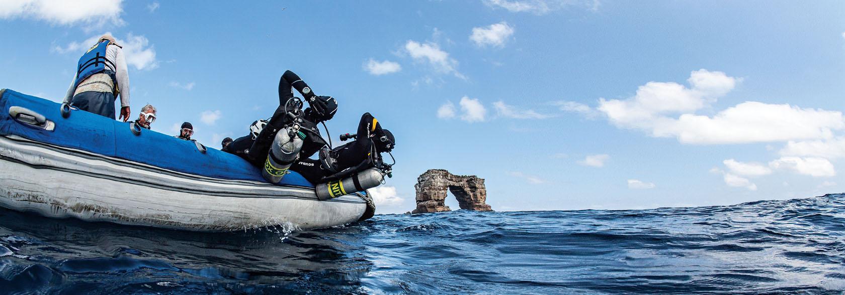Dykkere laver backroll fra gummibåd