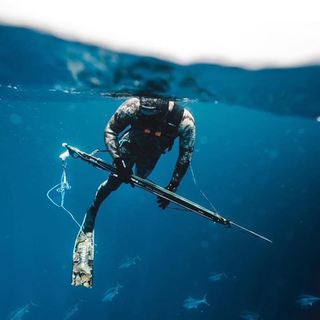 UV-jæger med harpun og camouflagedragt